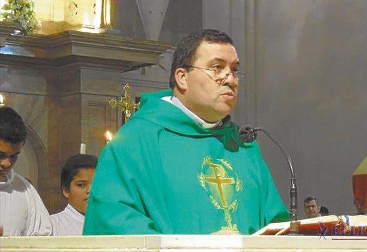 Trayectoria. El padre Gustavo Omar Cadenini fue durante todo 2016 rector de la Basílica Nuestra Señora de Itatí (izq.). En mayo de ese año fue a ver al papa Francisco a Roma y le entregó una estatuilla de la Virgen (arr.). Durante su estadía en la localidad correntina denunció el avance narco.