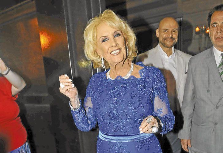 Diva. La reina de la tevé llegó con un vestido rosa de Iara que luego cambió por uno azul de Claudio Cosano.
