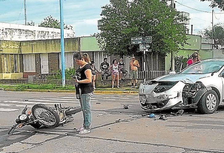 Impacto. Según el fiscal, el auto fue chocado por la moto. El acompañante del motociclista murió.