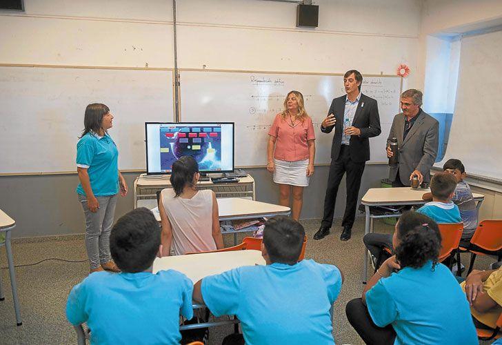Al aula. Bullrich, el viernes en una escuela de Córdoba. En Gobierno cayó mal la decisión gremial.