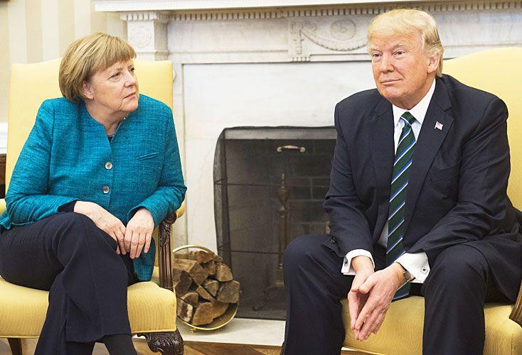 'No hay onda'. Merkel le propuso un saludo para las cámaras, pero el republicano se rehusó. Accedió en la conferencia de prensa.