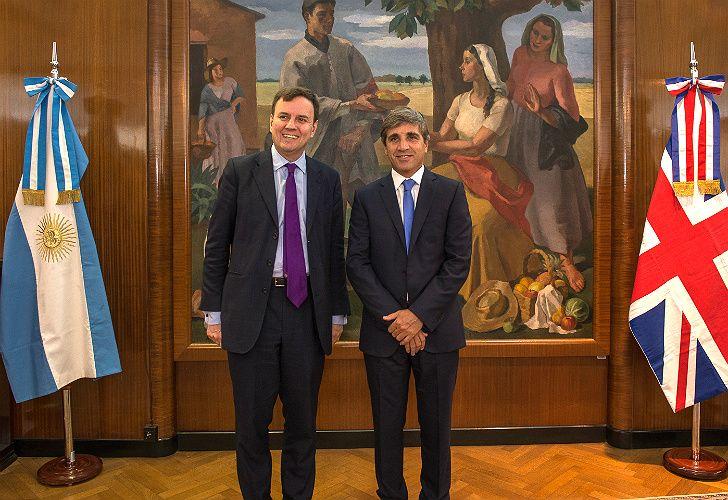 El ministro de Comercio inglés, Greg Hands, y el ministro de Finanzas, Luis Caputo.