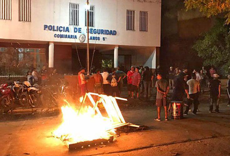 Protesta. Frene a la comisaría. El municipio dijo que no hubo heridos y que buscaba a un prófugo.