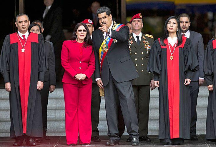 Alfiles. Nicolás Maduro y su esposa Cilia Flores, junto a los magistrados del Tribunal Supremo de Justicia (TSJ) en un acto en enero. Los jueces son señalados como títeres del gobierno.