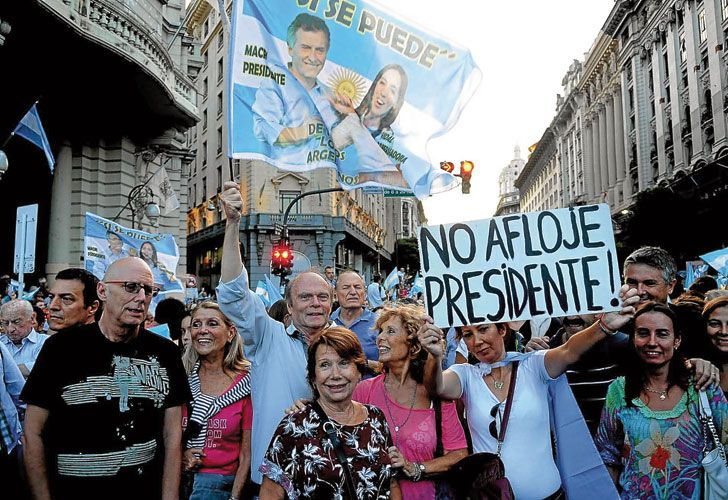 Diagonal. Los manifestantes avanzaron hacia el centro de la Ciudad con la bandera argentina como símbolo principal.