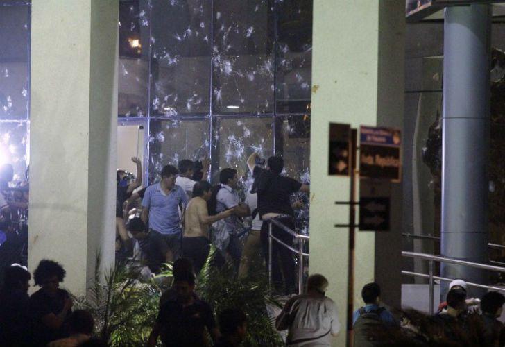 Disturbios en el Congreso de Paraguay por la intención del Gobierno de habilitar la reelección.
