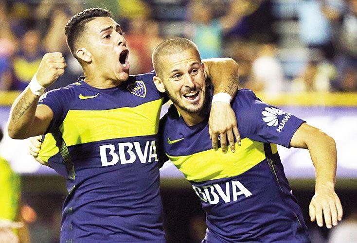 Abrazo de gol. Pavón saluda al autor del gol. El delantero lleva convertidos diez tantos desde que llegó a Boca hace menos de un año.