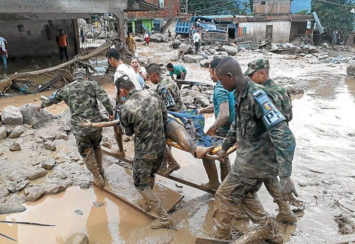 Destrozos. Imágenes de las labores de rescate en la ciudad,  que está muy cerca de la frontera con Ecuador. Hay más de 400 heridos y por lo menos 220 desaparecidos, según la Cruz Roja.