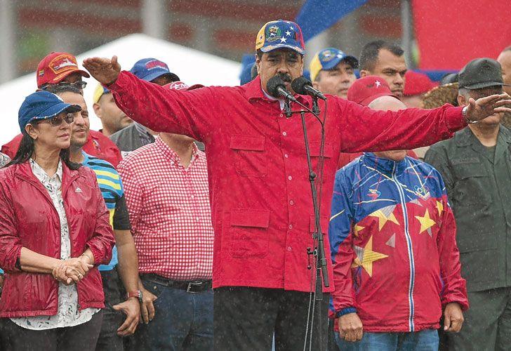 """Protagonistas. El titular de la corte, Maikel Moreno, anuncia la supresión de las sentencias. La oposición salió a las calles y Maduro pidió """"diálogo"""" para superar la crisis que vive el país."""