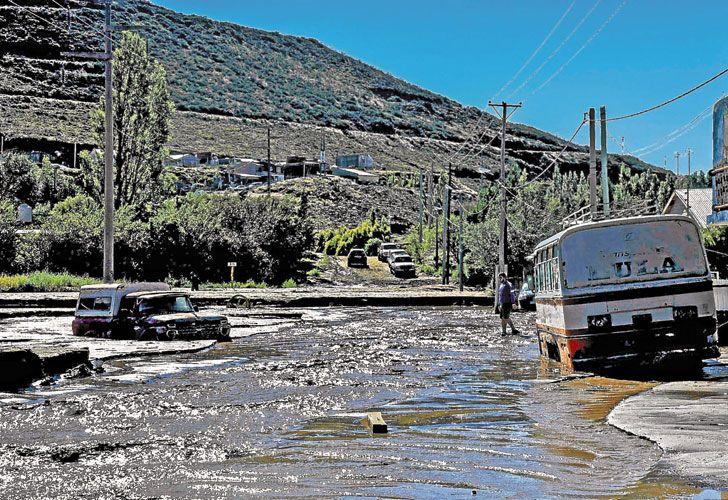 Tragedia. En Comodoro Rivadavia sigue el agua (arr.). Santa Rosa (ab. izq.) y Tucumán, en emergencia.