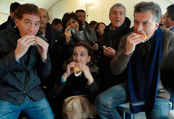 Macri comiendo un choripan