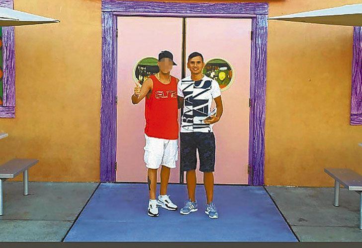 Recuerdos. Demián (izq.) y Alan (der.) en los estudios Universal y en el lobby del hotel de Miami.