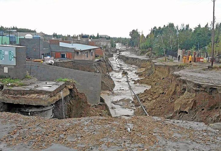 Grieta. Hay roturas de más de cinco metros en calles y avenidas de Comodoro Rivadavia. La situación empeoró cuando el jueves volvió la lluvia. Cayeron 65 mm en doce horas.