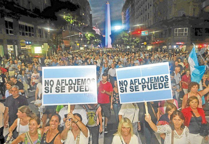 Versus. La gente no apoyó a Macri ni paró contra él. Sí hubo intereses encontrados.