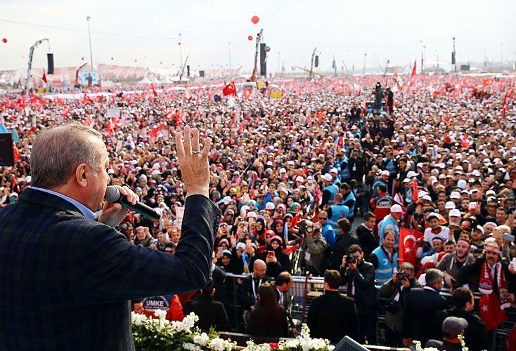 """Baño de masas. Ante sus seguidores, el presidente turco acusó a partidarios del No de ser cómplices de """"terroristas"""" y """"golpistas""""."""