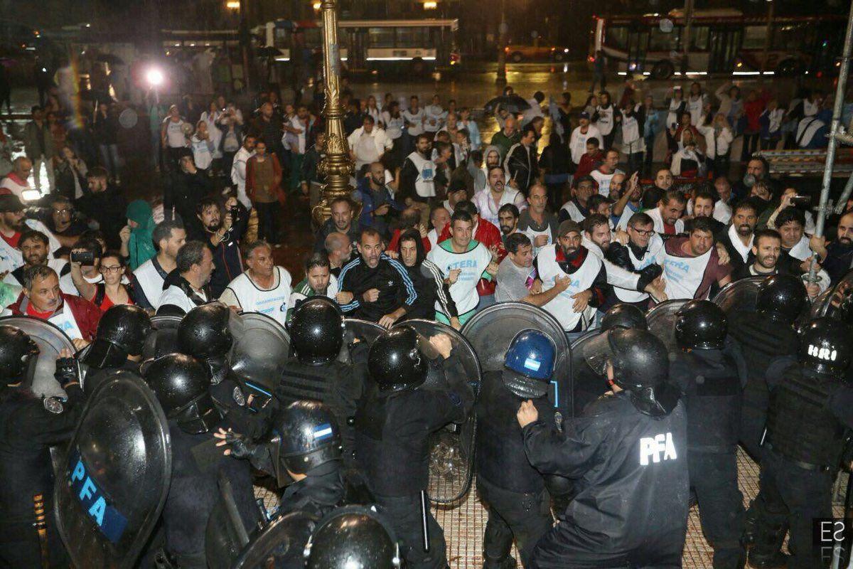 La represión frente a la Plaza de los dos Congresos.