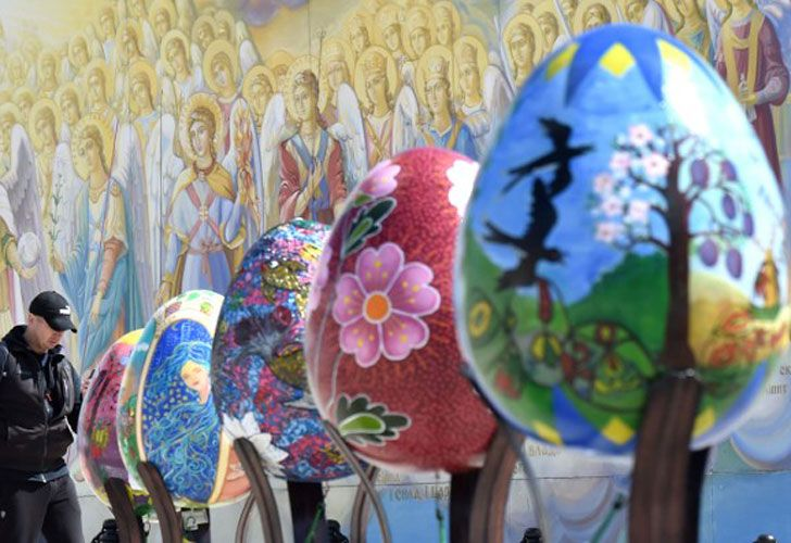Ucrania. Miles de personas se reúnen para decorar huevos en el centro de Kiev. En el tradicional festival al aire libre se exponen unos 500 ejemplares pintados a mano.