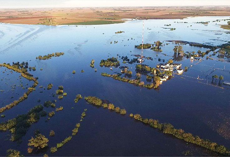 Inundaciones. Comodoro Rivadavia, Chubut, quedó bajo el agua (arr.). También en Perú hubo cien muertos y 700 mil evacuados por las intensas lluvias debido al fenómeno de El Niño Costero.