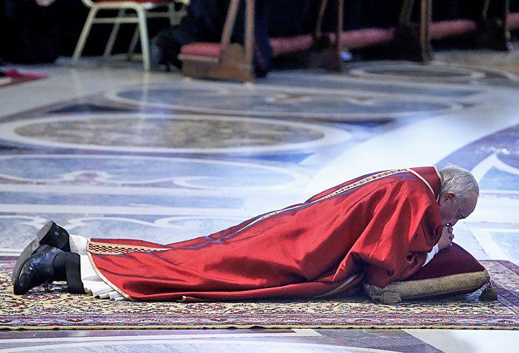 Rito. El Pontífice durante la misa de la pasión de Cristo, tras la cual encabezó la tradicional ceremonia de la liturgia católica.