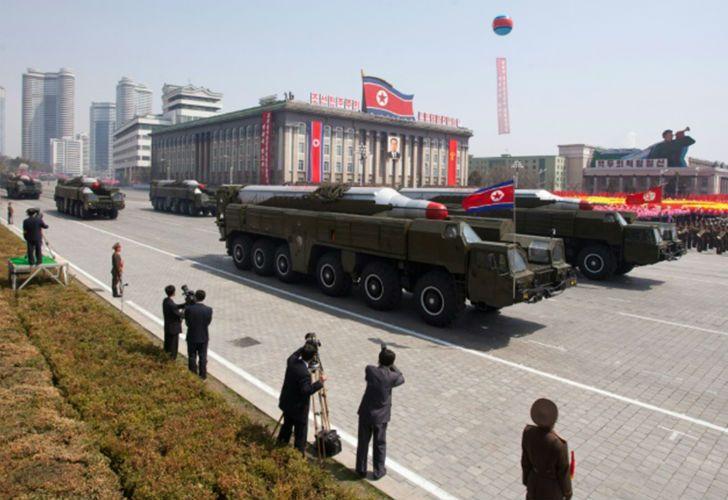 En medio de desfiles militares por las calles de Pyongyang, la administración de Kin Jong-un probó el lanzamiento de un misil.