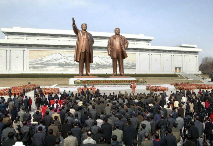 Las estatuas a los líderes norcoreanos.