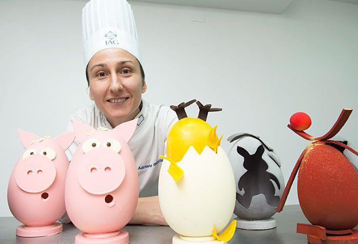 Creativos. Adriana García incorporó a sus clases en el IAG técnicas que trajo de España. La pastelería del Duhau propone hongos de chocolate.