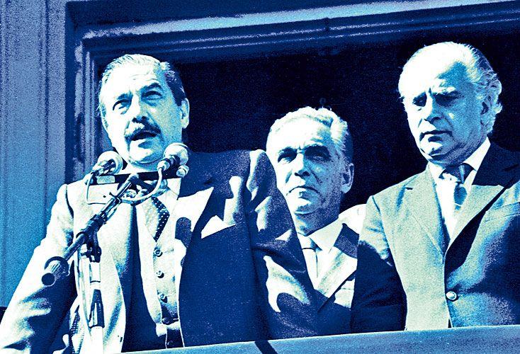 Unión. Antonio Cafiero, en ese momento líder del entonces opositor peronismo, acompañó a Alfonsín y al vicepresidente Víctor Martínez en el balcón de Plaza de Mayo.