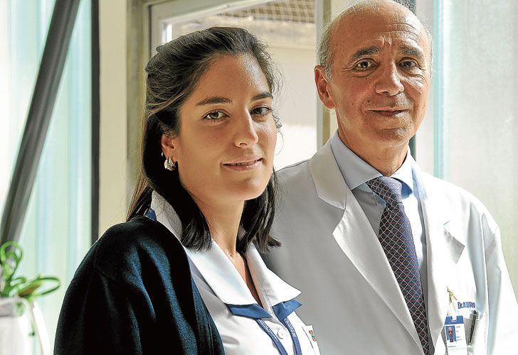 Avance. El cirujano Hugo Loustau y Natalia, la primera paciente que recibió el implante con el pequeño chip.