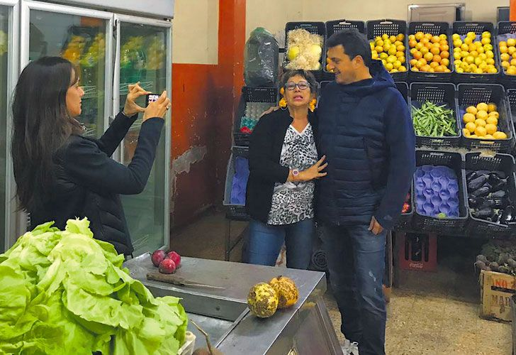 Semana Santa. Malena Galmarini sirvió como fotógrafa durante la visita del diputado a la verdulería Los Cracks, en Chascomús.