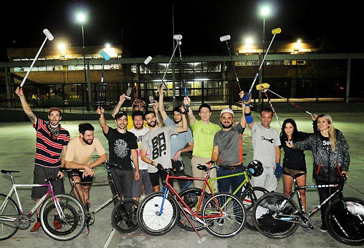 A la cancha. Con bicis y cascos, todos los martes y jueves a la noche, entre veinte y cuarenta personas se juntan en una plaza de Palermo a jugar al bicipolo, en equipos mixtos.