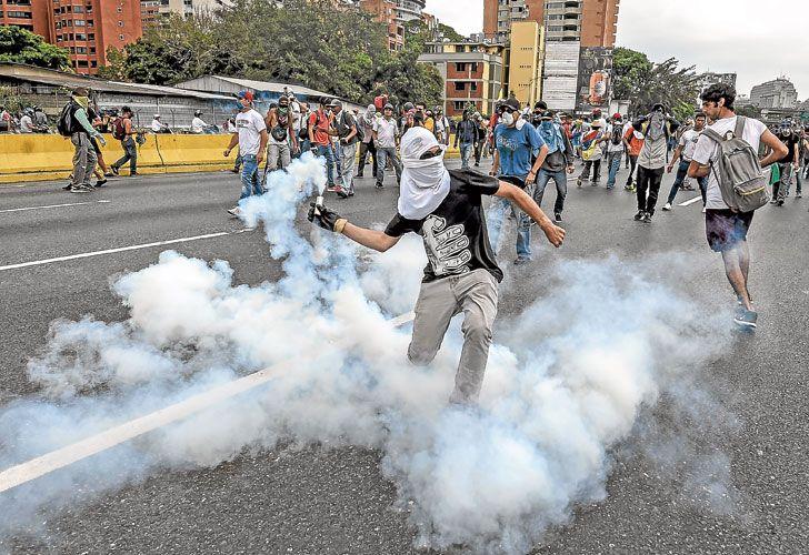 Fuego. Muchos manifestantes lanzaban bombas molotov a los policías, que utilizaron balas de goma.