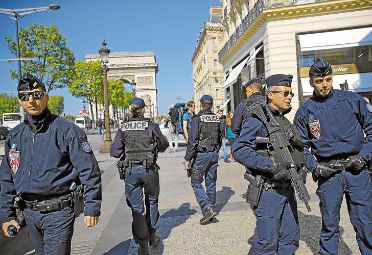 Militarizados. Miles de uniformados resguardan los sitios emblemáticos en París y las principales ciudades galas, en el marco del operativo Sentinelle, lanzado en 2015 tras el ataque a la revista Charlie Hebdo. El presidente Hollande visitó ayer el cuartel general de la Policía.