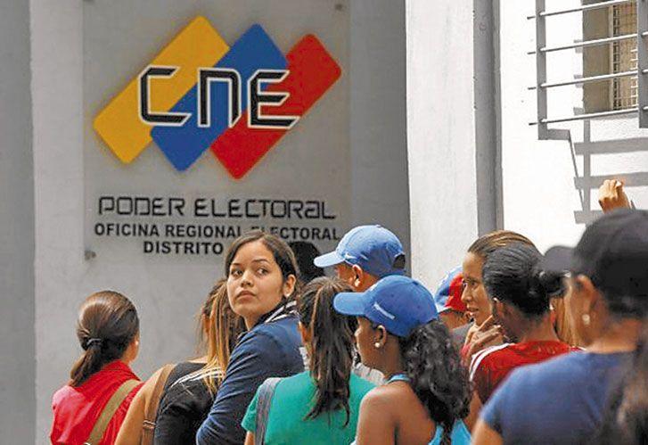 Fila. Miles de ciudadanos se inscribieron para poder votar y poner fin al régimen chavista.