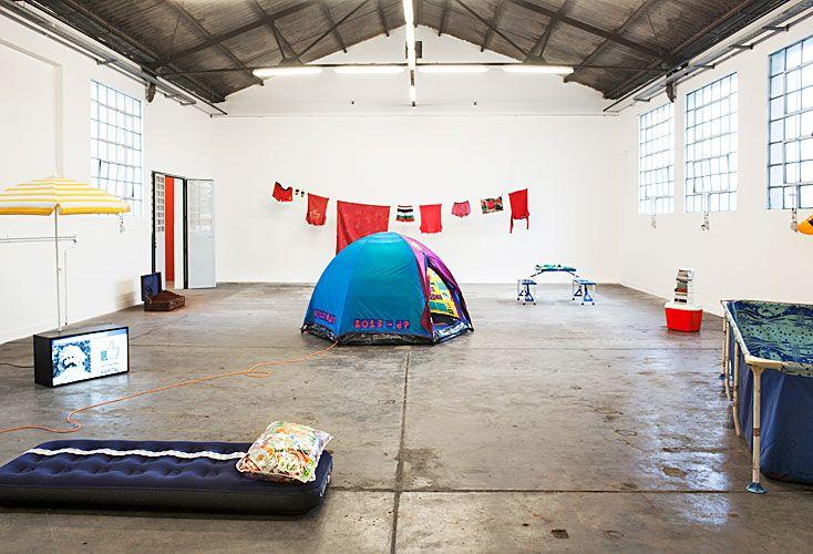 La vida como hecho natural. La carpa de camping, el picnic al aire libre, la pileta de lona son sustitutos de una vida en interiores.