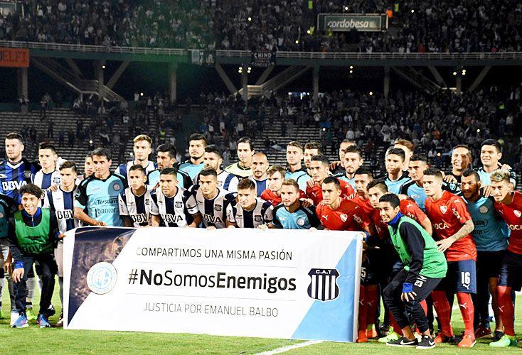 Salvajada. Mientras los jugadores de Independiente, Talleres y Belgrano daban un mensaje de paz, en las tribunas los silbaban.