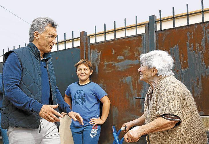 De Recorrida. Ayer, el mandatario salió a timbrear en la localidad de Lobos, junto a Vidal.