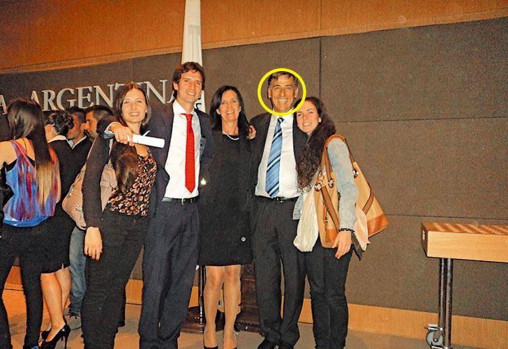 En familia. El suspendido jefe, con su mujer y sus tres hijos: Agustina, Federico y Carolina.