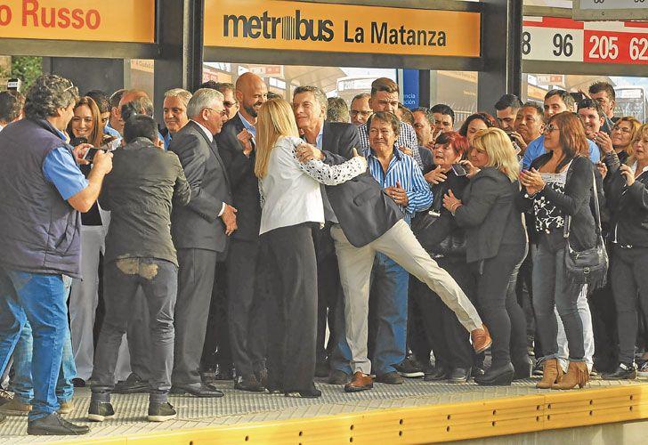Postales. El abrazo Macri-Magario. Protestas de algunos vecinos. Y los carteles de la intendenta.