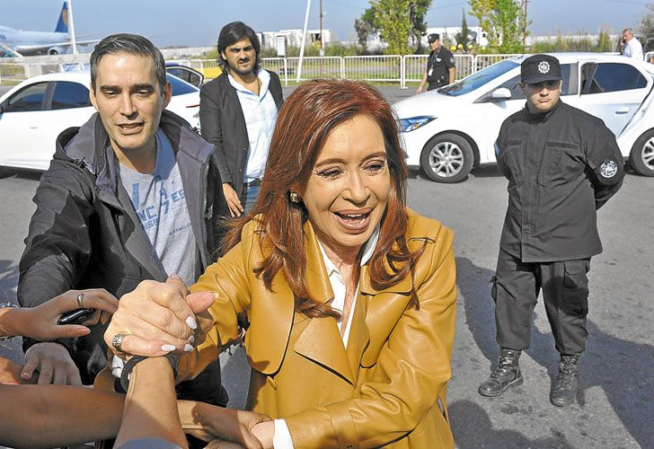 Despedida. Un grupo de militantes fue ayer a Ezeiza a saludar a la ex mandataria, que hoy llega a Atenas. Luego viajará a Bruselas.