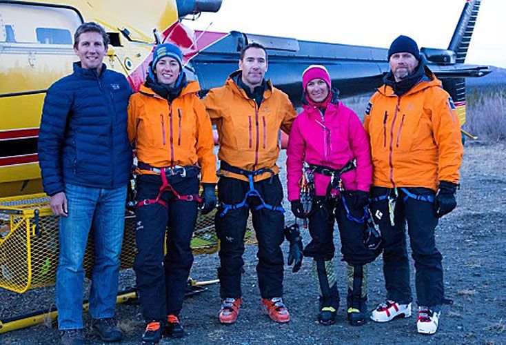 Final feliz. Natalia Martínez (de fucsia), con el equipo que logró rescatarla del monte Logan.