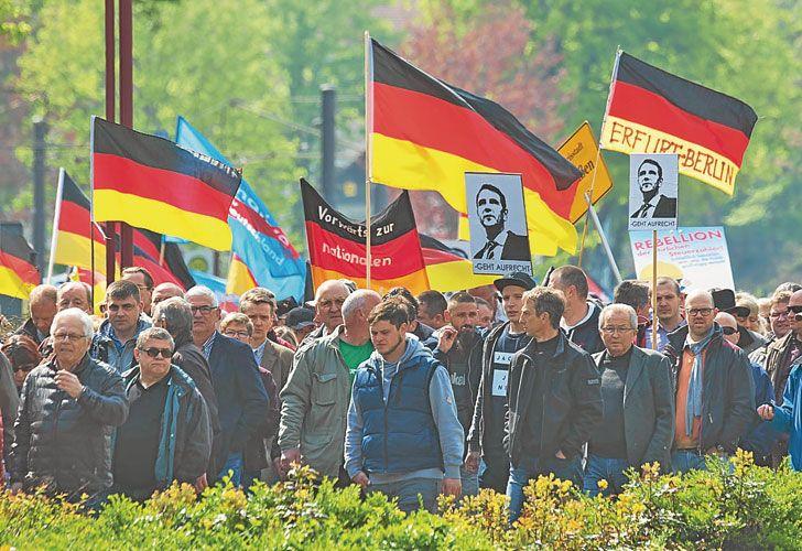 """Banderas. """"La verdadera alternativa somos nosotros"""", dicen."""