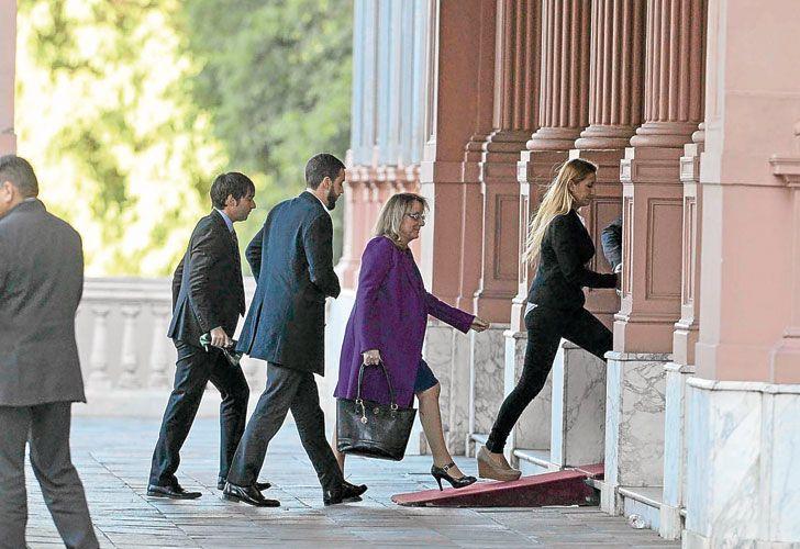"""Kirchner. La gobernadora, ayer, al ingresar a la Rosada. Coincidió con el Gobierno en que la reunión fue en """"muy buenos términos""""."""