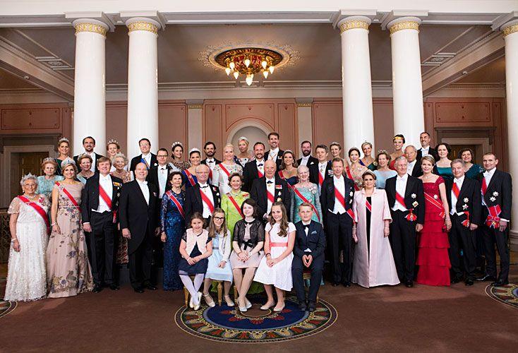 """Juntos. Plebeyos y de """"sangre azul"""" mezclados por sucesivos casamientos, unidos en la foto oficial del cumpleaños realizado en Oslo."""