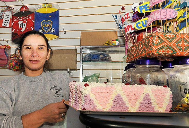 Dulce. Olga Leiva (arr.) tiene un local de tortas y está buscando otro para expandirse.