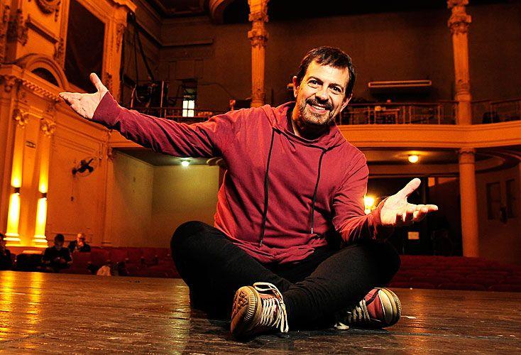 El cantante fue el elegido para reabrir el Teatro Ludé. Afirma que los artistas fueron vapuleados en el kirchnerismo y que los jóvenes no saben quién fue el Zorzal. Opina el productor Djeredjian sobre la exención impositiva teatral.