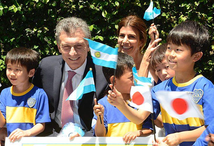 Visita. Alumnos de la escuela de Boca fueron a saludar a Macri.