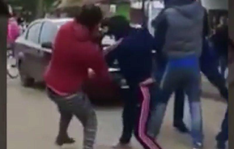 Un grupo de padres se pelea a la salida de una escuela en González Catán.