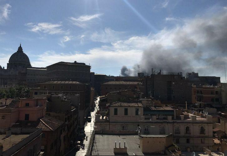 Explosión y humo en el Vaticano