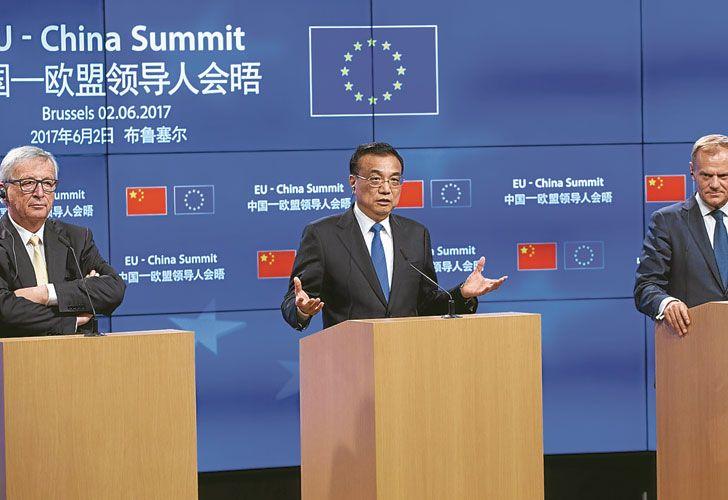Conferencia de prensa. Los presidentes de la Comisión y del Consejo Europeos, Jean-Claude Juncker y Donald Tusk, flanquean al primer ministro chino, Li Keqiang, tras la cumbre.
