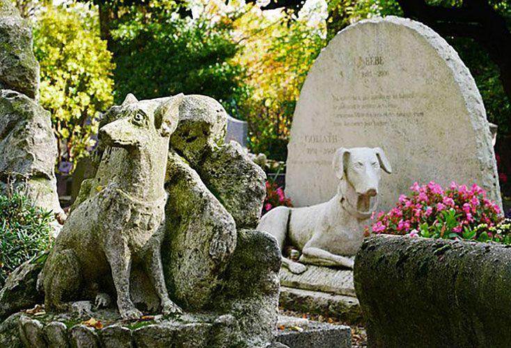 fieles. El cementerio de París es el más antiguo de su tipo en el mundo. En Barcelona, los nichos pueden compartirse entre las mascotas de una misma familia.